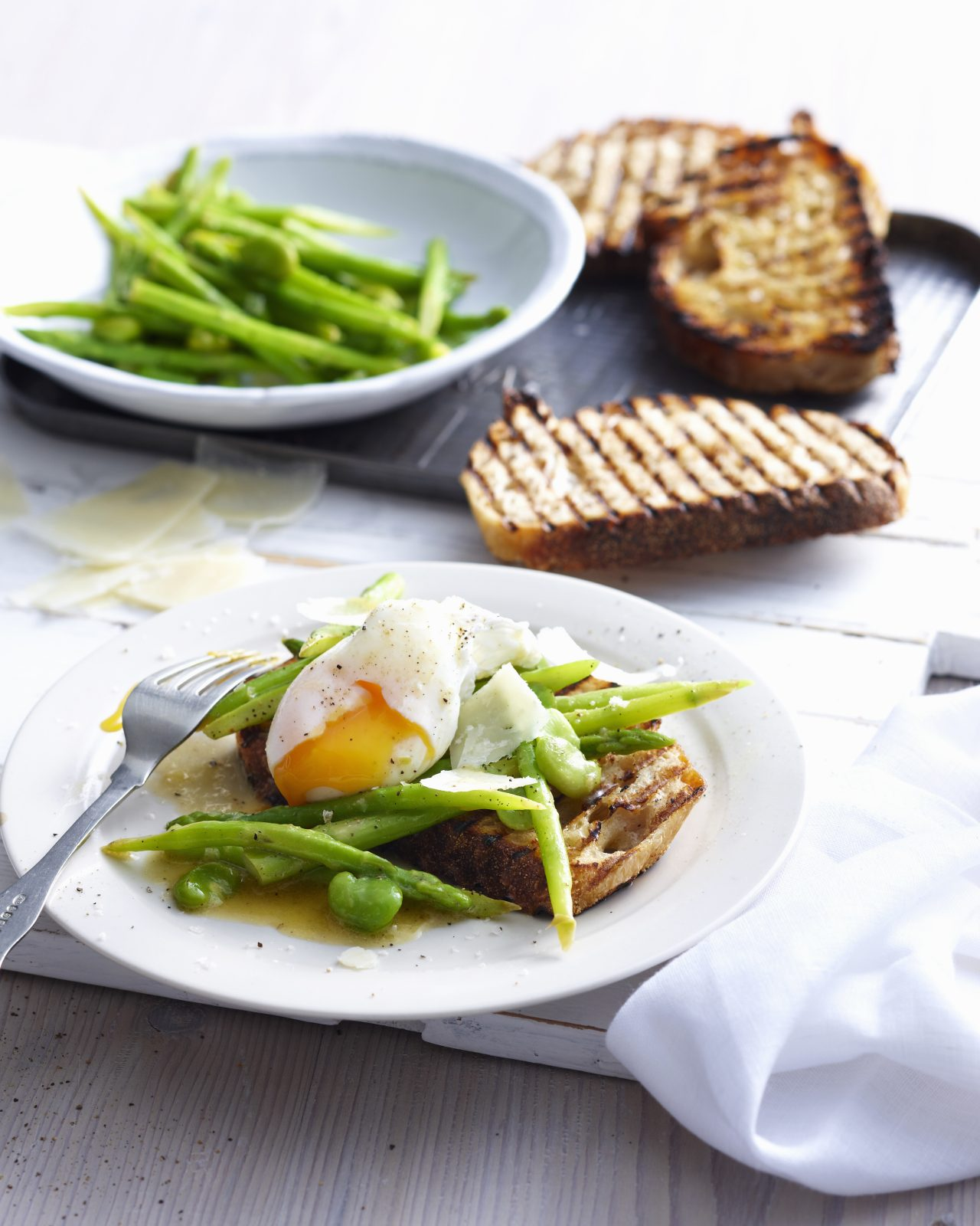 Enjoy a classic Australian breakfast at one of Bathurst's many cafes. Image: Getty Images